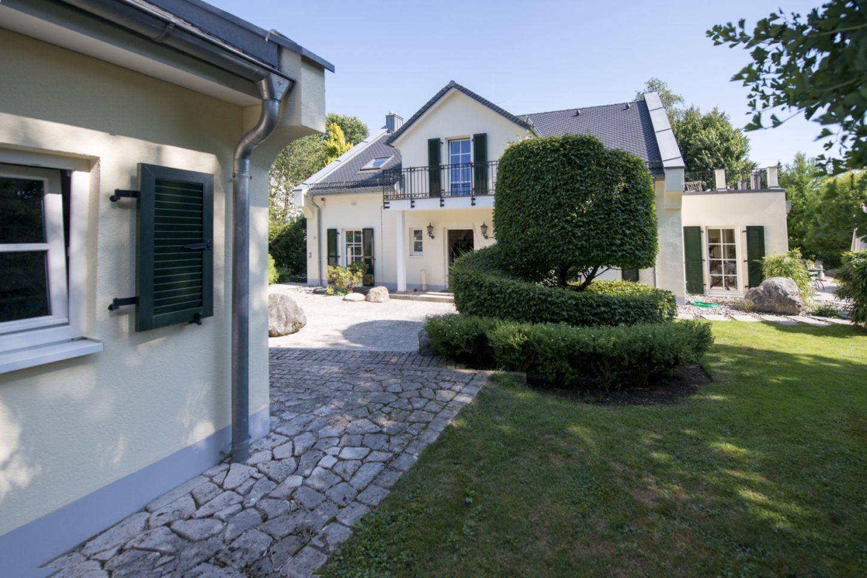 Blick auf englisches Landhaus von Garage aus