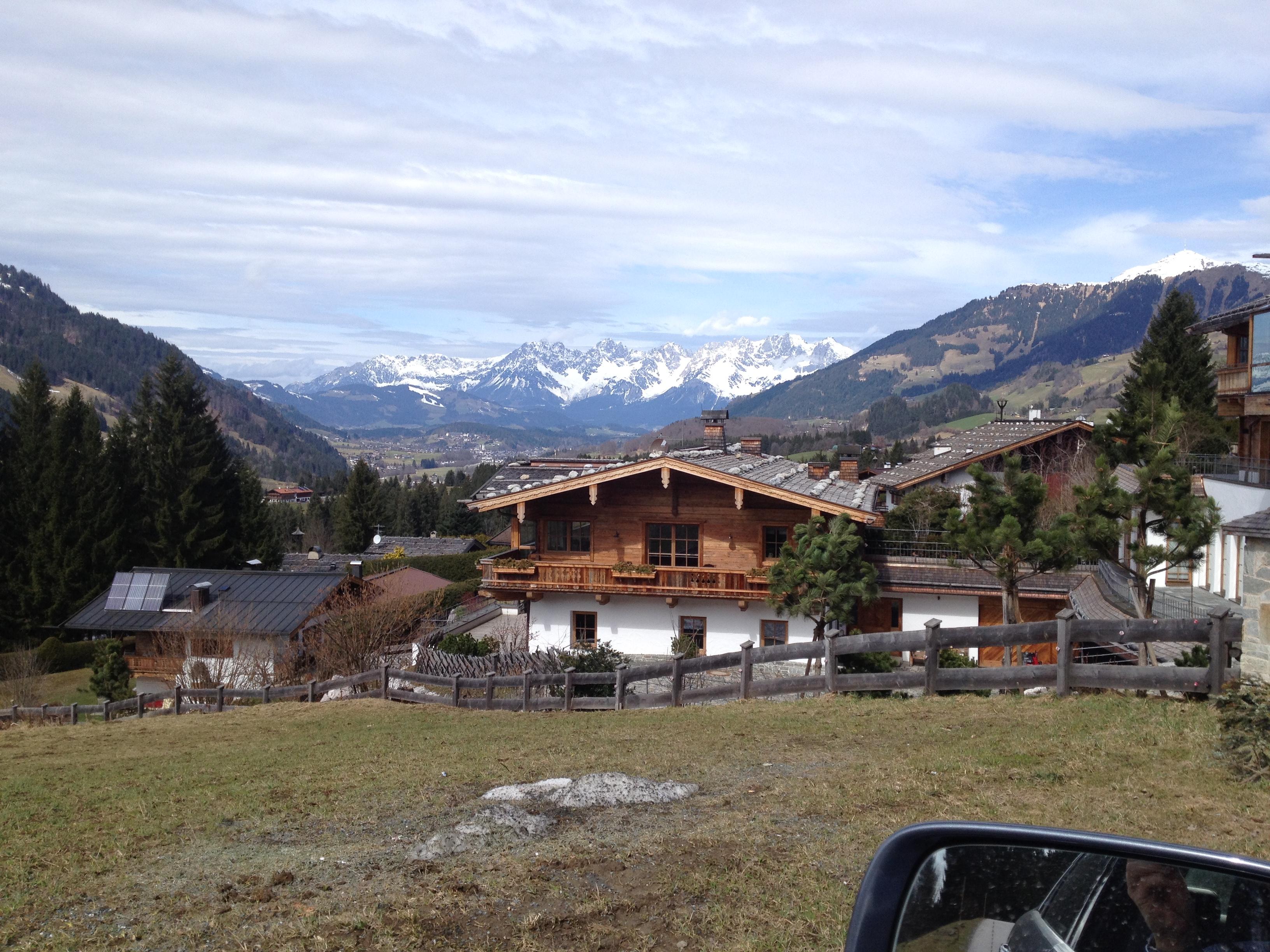 Anwesen in der KOchau/Aurach, Blick in den Wilden Kaiser mit Gästehaus im Vordergrund