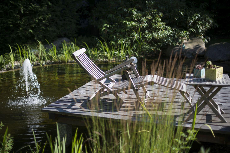 Ruhe tanken auf dem Steg des Teiches des englischen Landhauses