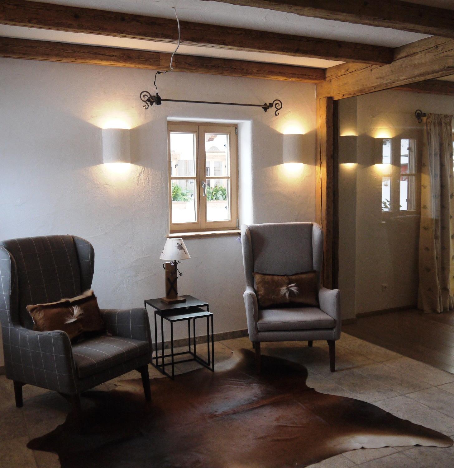 Leseecke im Wohnzimmer des Tiroler Chalets in Going