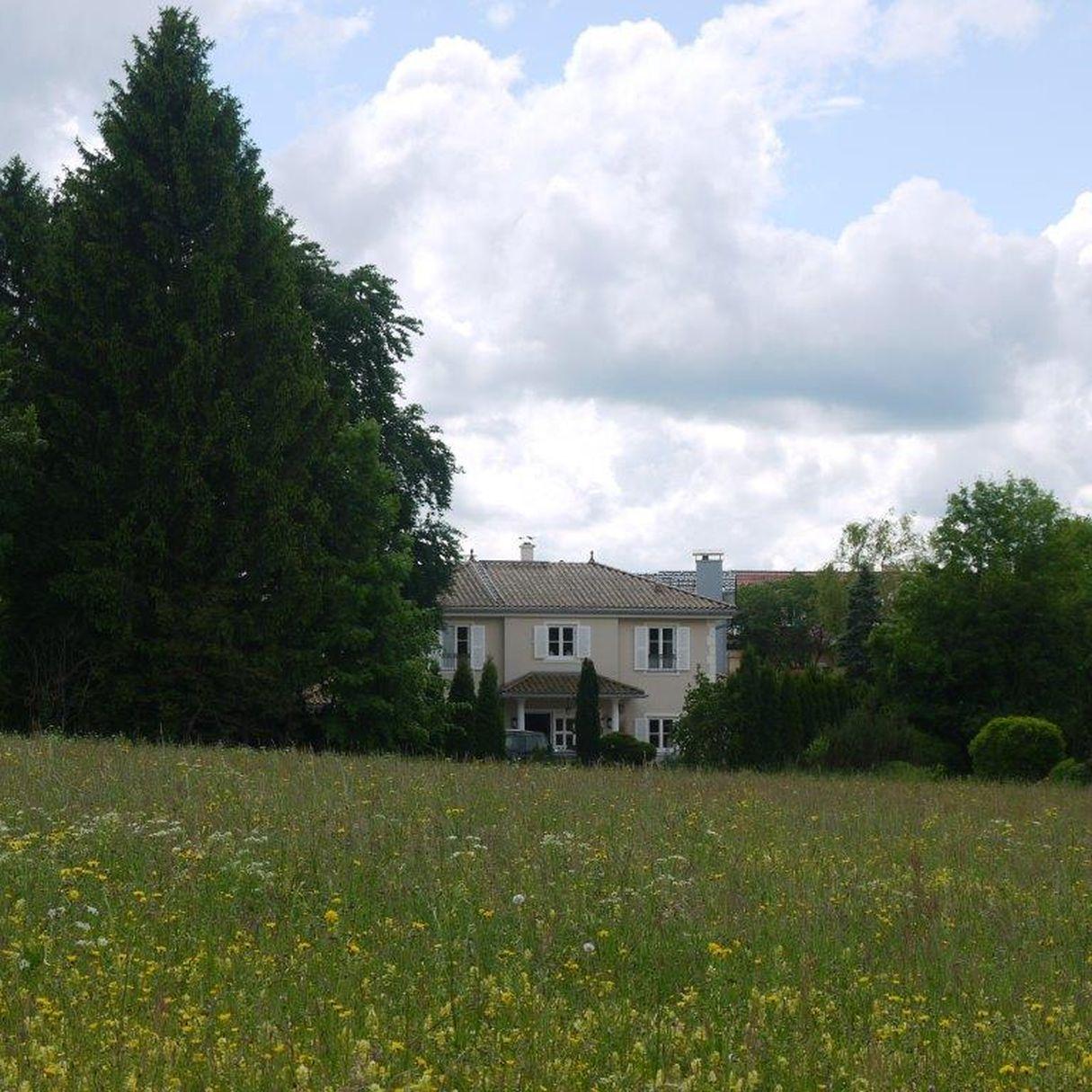 Blick von Norden über das Naturschutzgebiet auf die Villa in Berg